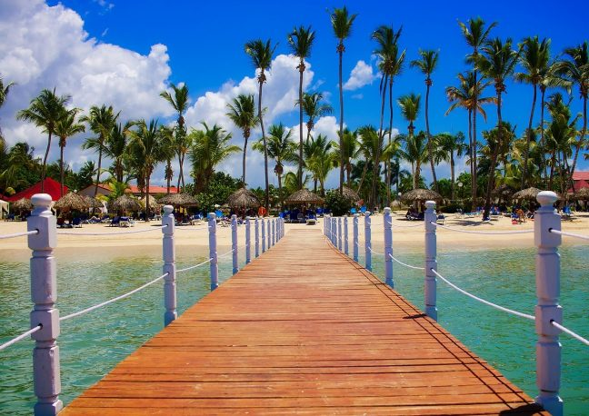 Pobřeží Dominikánské republiky je poseté palmami